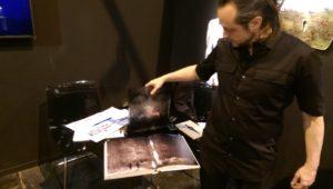 Suso33 mostrando su libro de artista